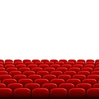 Reihen von roten kino- oder theatersitzen vor weißem leerem bildschirm. breites leeres kino-auditorium mit roten sitzen.
