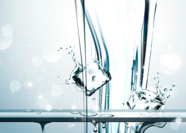 Reines wasser, das von oben mit eiswürfeln, glitzerndem hintergrund herabfließt