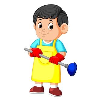 Reinigungsservice-mann, der kolben und tragende schürze hält