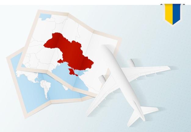 Reise in die ukraine, draufsicht flugzeug mit karte und flagge der ukraine.
