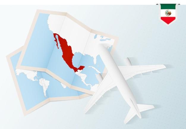 Reise nach mexiko, draufsicht flugzeug mit karte und flagge von mexiko.