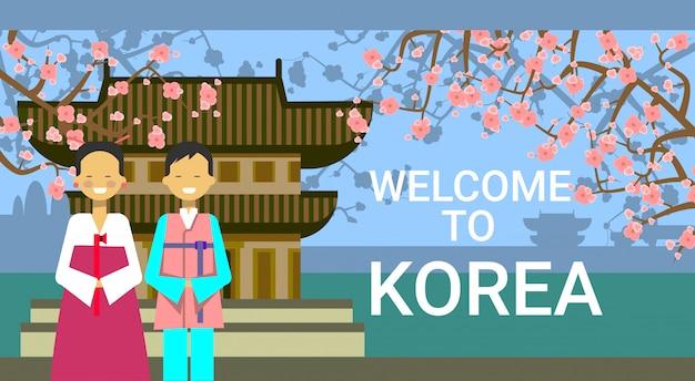 Reise nach südkorea, koreanische coupé-abnutzungs-nationale kleidung über berühmtem tempel und sakura cherry blossom