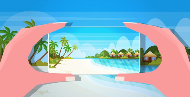 Reiseblogger unter verwendung der hände der smartphone-kamerafrauen, die foto oder video auf handy-blogging-schießvlog-konzept-seestrand-sommerferien-seestückhintergrund horizontal nehmen