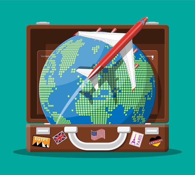 Reisekoffer mit aufklebern von ländern und städten auf der ganzen welt