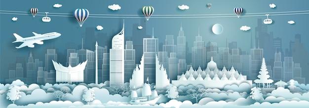 Reisen architektur indonesien wahrzeichen in jakarta berühmte stadt asiens auf blauem hintergrund mit luftballons heißer luft. tour malaysia mit panorama-hauptstadt mit papier origami
