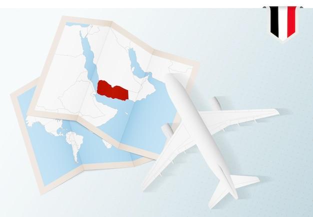 Reisen sie in den jemen, flugzeug von oben mit karte und flagge des jemen.
