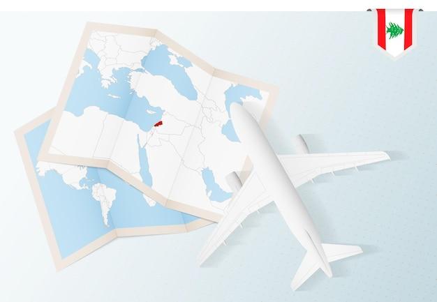 Reisen sie in den libanon, flugzeug von oben mit karte und flagge des libanon.