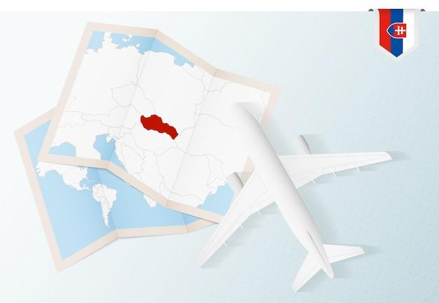 Reisen sie in die slowakei, draufsichtflugzeug mit karte und flagge der slowakei.