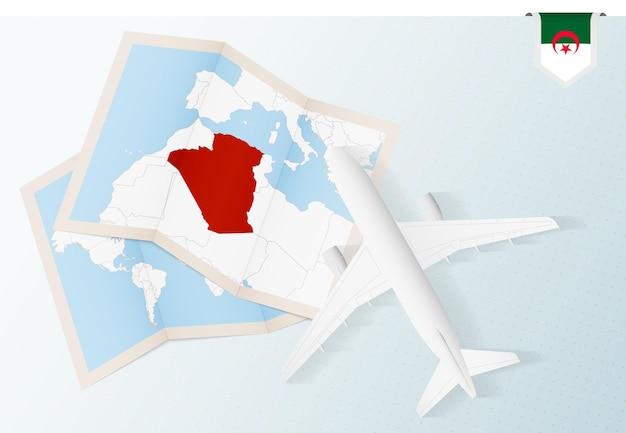 Reisen sie nach algerien, draufsichtflugzeug mit karte und flagge von algerien.