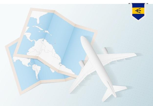 Reisen sie nach barbados, draufsichtflugzeug mit karte und flagge von barbados.