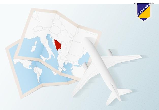 Reisen sie nach bosnien und herzegowina draufsichtflugzeug mit karte und flagge von bosnien und herzegowina