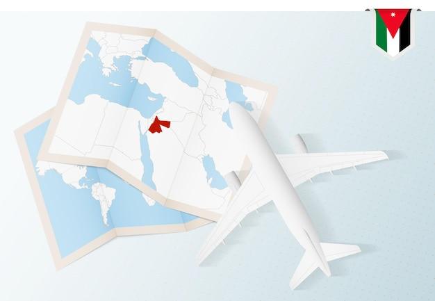 Reisen sie nach jordanien, flugzeug von oben mit karte und flagge von jordanien.