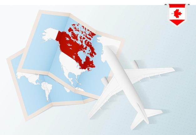 Reisen sie nach kanada, draufsichtflugzeug mit karte und flagge kanadas.