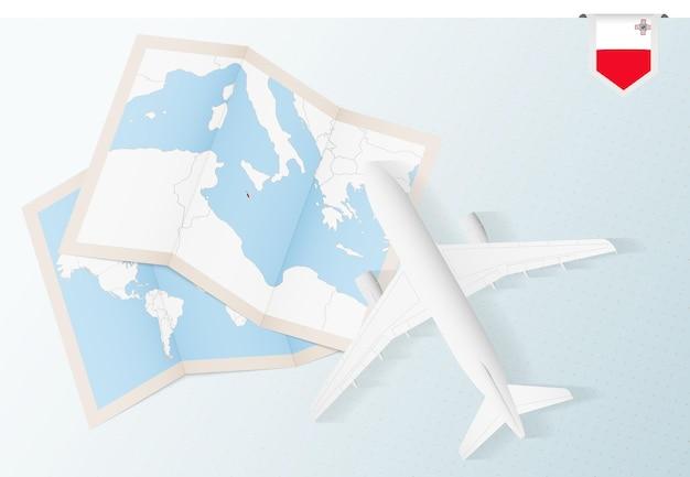 Reisen sie nach malta, draufsichtflugzeug mit karte und flagge von malta.