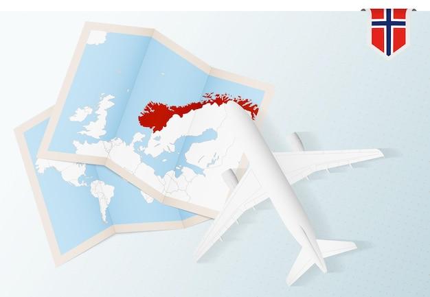 Reisen sie nach norwegen draufsichtflugzeug mit karte und flagge von norwegen