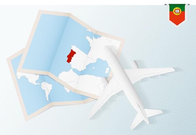 Reisen sie nach portugal, draufsichtflugzeug mit karte und flagge portugals.