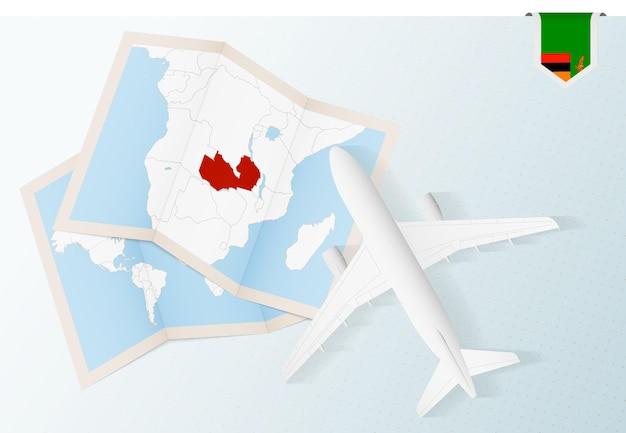 Reisen sie nach sambia, flugzeug von oben mit karte und flagge von sambia.