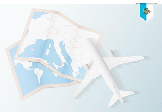 Reisen sie nach san marino, draufsichtflugzeug mit karte und flagge von san marino.