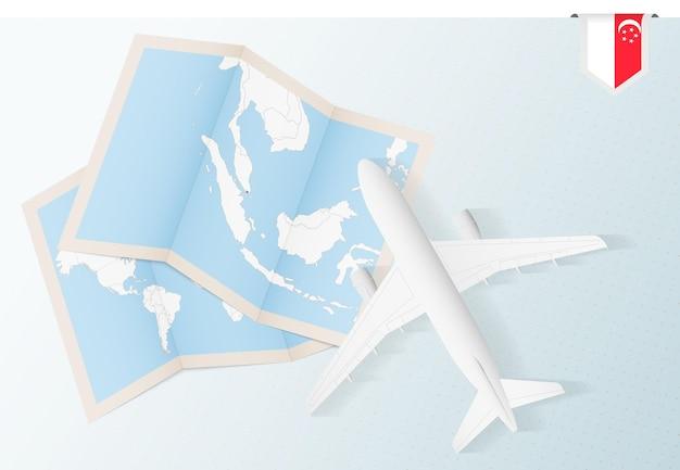 Reisen sie nach singapur, draufsichtflugzeug mit karte und flagge von singapur.
