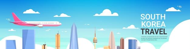 Reisen sie nach südkorea poster flugzeug fliegen über seoul city skyline