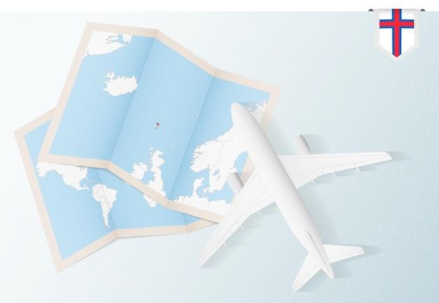Reisen sie zu den färöer-inseln, draufsichtflugzeug mit karte und flagge der färöer-inseln.