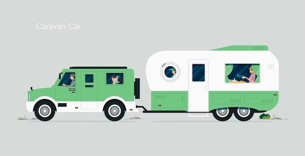 Reisende familie durch wohnwagenwagen mit grauem hintergrund