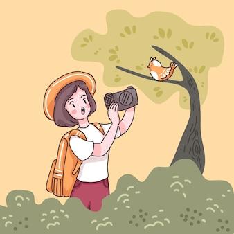 Reisende teenager-frau mit rucksack verwenden kamera machen ein foto mit vogel auf baum im wald, karikatur charakter stil flache illustration