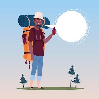 Reisender-afroamerikaner-mann mit rucksack glücklichem jungem guy on hike