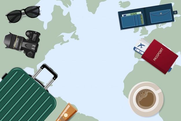 Reisender desktop mit einer detaillierten weltkarte, auf der sich ein koffer, gepäck, flugticket, kamera, reisepass, brille befindet. reise- und urlaubskonzept
