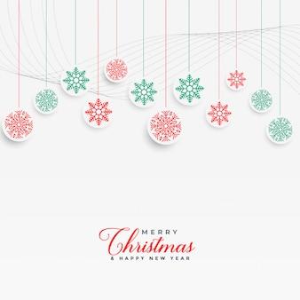 Reizende weihnachtsschneeflocken, die hintergrund hängen