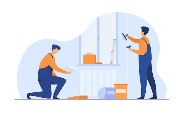 Renovierungsarbeiter reparieren wohnung. handwerker in overalls, die wände dekorieren und streichen. vektorillustration für exkursions-, personen- und kulturkonzept