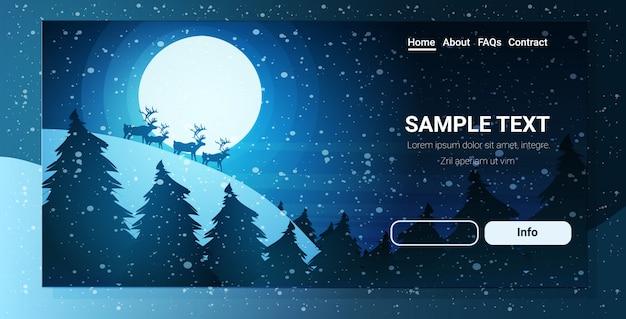 Rentier silhouette über vollmond im nachthimmel schneebedeckte kiefer tanne wald frohe weihnachten frohes neues jahr winterferien konzept