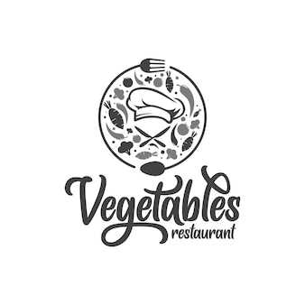 Restaurant-logo-design-vektor mit kochmütze, tischmesser, gabel, löffel und viel gemüse herum