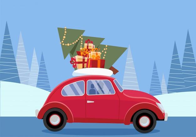 Retro auto mit geschenken, weihnachtsbaum auf dach. tragende geschenkboxen des kleinen roten autos