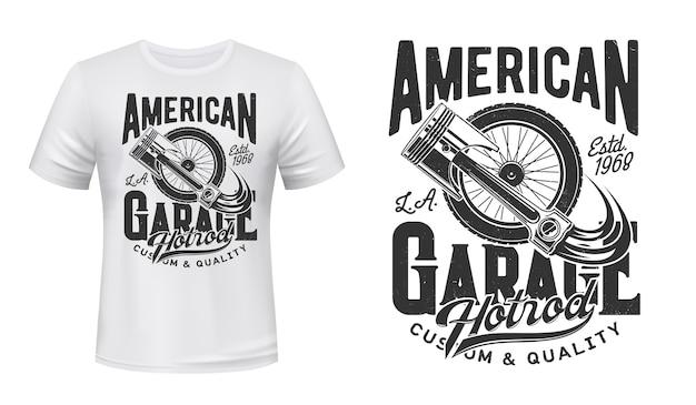 Retro-autorad- und motorkolben-t-shirt-druck. altes fahrzeugspeichen- oder aufhängungsrad, autoersatzteilillustration und typografie. amerikanischer hot rod garagenstation kleidungsdruck