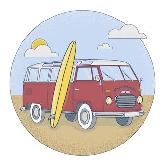 Retro bus mit surfbrett am strand stehen