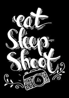 Retro- fotokamera mit stilvoller beschriftung essen, schlafen, schießen