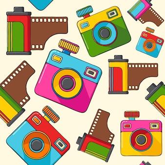 Retro kameras und kamerarollen übergeben gezogenes nahtloses muster der pop-arten-art.