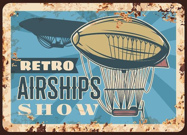 Retro luftschiffe zeigen rostige platte, luftschiffe fliegen in den himmel. weinlese-rostzinnschild mit luftzeppelin mit ballon, bootskabine und propeller. historische ereigniseinladungs-schmutzkarte, retroplakat