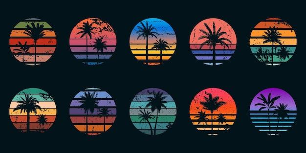 Retro-sonnenuntergänge der 80er jahre mit palmensilhouetten für t-shirt-drucke. vintage-surf-design. tropischer sommer sonnenuntergang oder sonnenaufgang gradientenvektorsatz. ozeanstrand mit tropischen blättern und sonnenuntergang