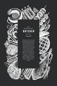 Retro vektor fleischprodukte entwurfsvorlage. hand gezeichneter schinken, würste, gewürze und kräuter. rohkost zutaten. vintage illustration auf kreidebrett.