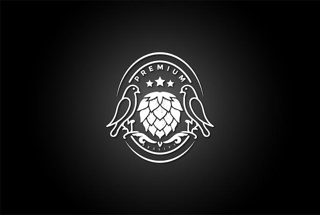 Retro vintage vogel mit hopfen für craft beer brewery label logo design vector