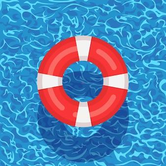 Rettungsboje schwimmt im schwimmbad. strandgummiring auf wasser auf hintergrund. rettungsring, süßes spielzeug für kinder. unfähiger kreis. schiffsrettungsgürtel zur rettung von menschen.