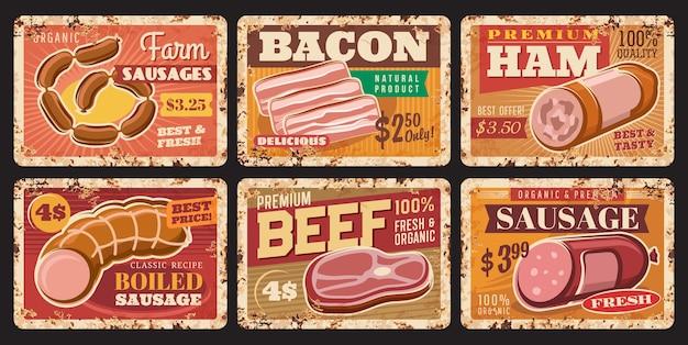 Rindfleisch, würste und rostige schinkenplatten. vektorpreisschilder für die produktion von farmen oder metzgereien. vintage rostblechschilder aus metall mit speck oder brühwurst-delikatessen. werbekarten für den markt