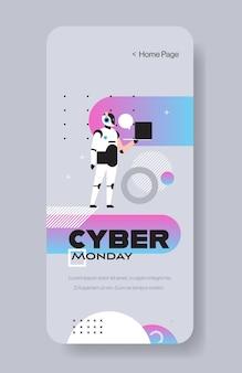 Roboter-betreiber hält laptop cyber montag großen verkauf sonderangebot urlaub shopping rabatt