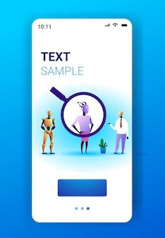 Roboter-charaktere mit vergrößerungszoom auswahlkandidat für die rekrutierung von arbeitsplätzen personal künstliche intelligenz konzept smartphone-bildschirm mobile app vertikaler kopierraum in voller länge