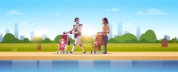 Roboterbabysitter und -mutter, die mit baby im spaziergängerroboter gegen den menschen zusammen steht die technologiekonzeptstadtparklandschaft der künstlichen intelligenz in voller länge horizontal gehen
