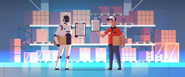 Roboterbriefträger mit dem mannkurier, der paketkastenroboter gegen den menschen zusammensteht modernes technologiekonzept des lagerinnenlieferdienstes der künstlichen intelligenz in voller länge horizontal hält