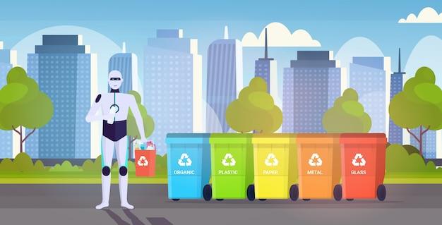 Robotercharakter, der plastikmüllbehälter nahe bunte mülleimer künstliche intelligenz hält, trennen abfallrecyclingkonzept stadtbildhintergrund horizontal in voller länge