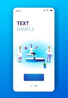 Robotercharaktere, die bücher lesen künstliche intelligenz technologie lernentfernung studieren selbstbildungskonzept smartphone-bildschirm mobile app vertikale vollständige länge raum vektor-illustration